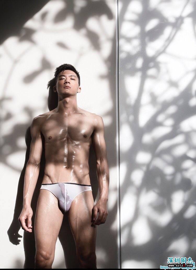 肌肉壮实型男勃起性感内裤秀