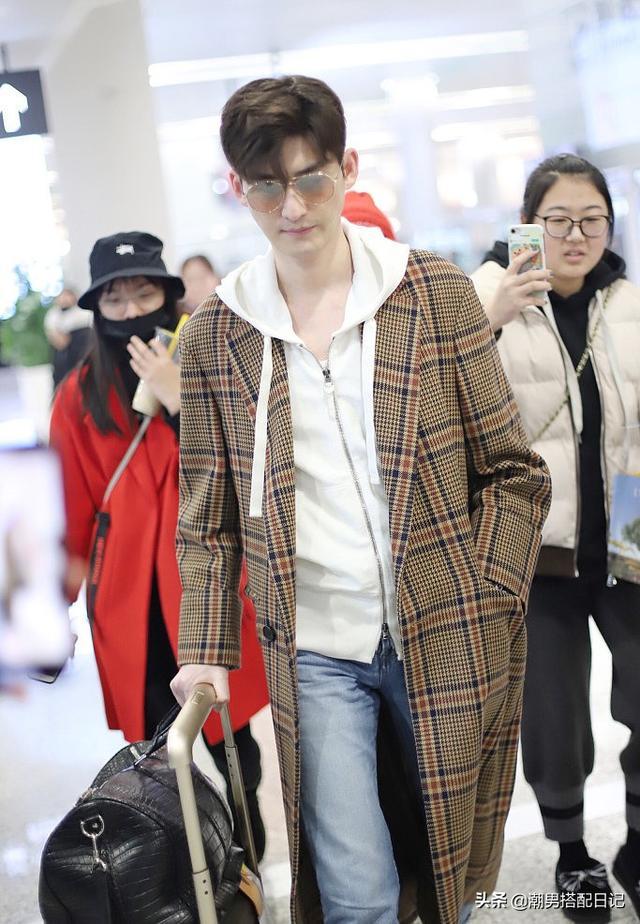王子异 张翰穿格纹大衣,内搭白色连帽衫,越活越年轻了