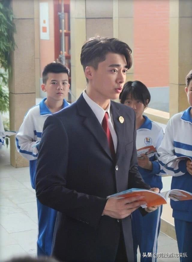 李易峰新剧来袭,穿检察官制服一身正气
