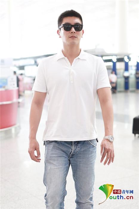 """杜江身姿挺拔似""""小白杨"""" 白色上衣展现好身材"""