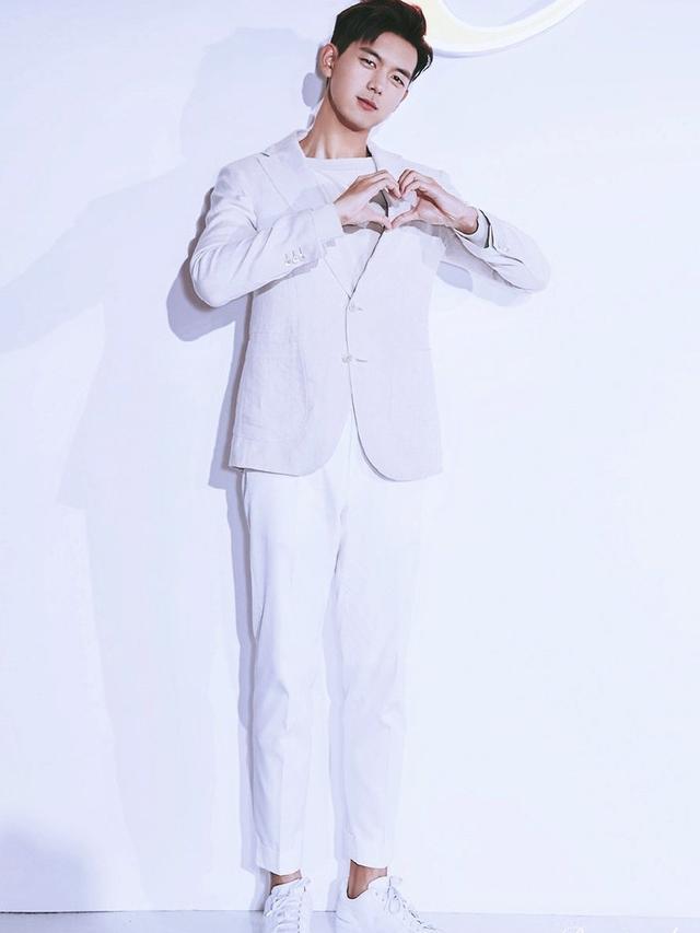李现黑色西装VS白色西装,你喜欢哪种风格?