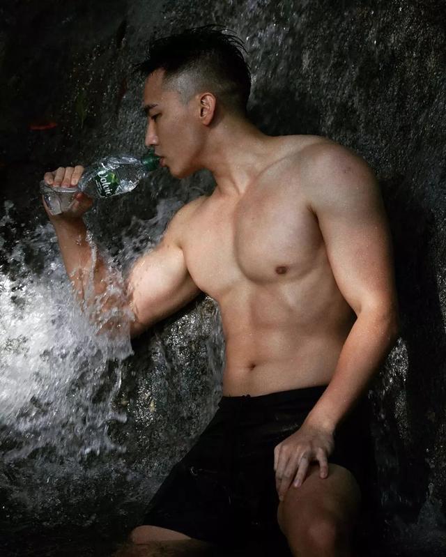 男模刘雨凯这身材也太性感太诱惑了吧