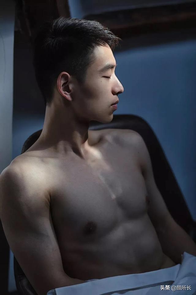白净肌肉帅哥,清爽干净的长相,让人难忘