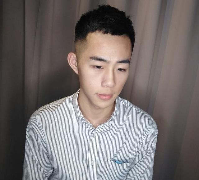 20岁左右男生千万别留成熟发型,这四款刚刚好